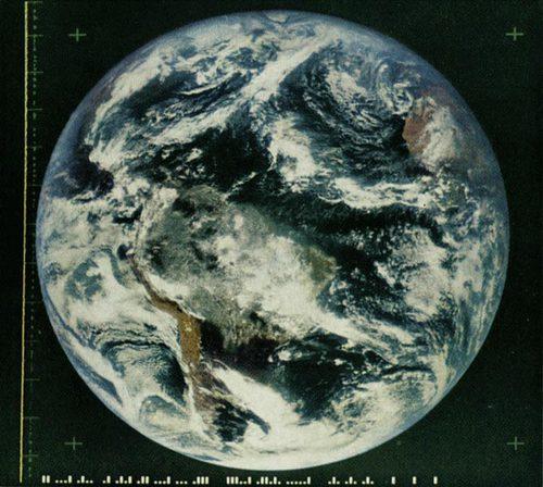 地球有史以來的第一張彩色影像 © NASA
