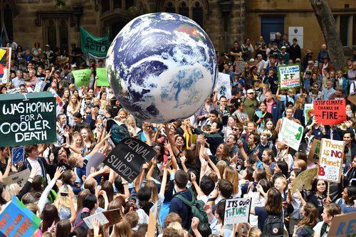 參加罷課救地球抗議活動的學子們 © The New York Times & Reuters